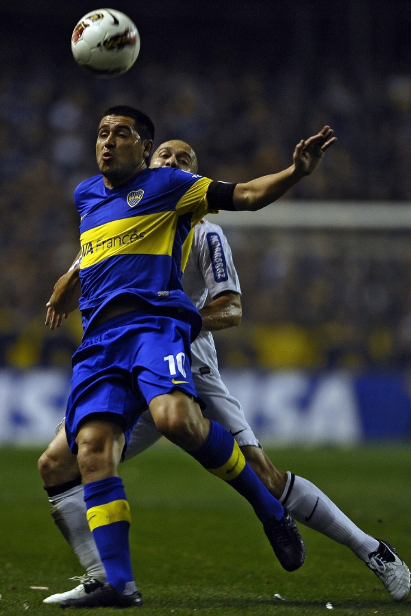 Riquelme sofre com a marca&#231;&#227;o de Alessandro