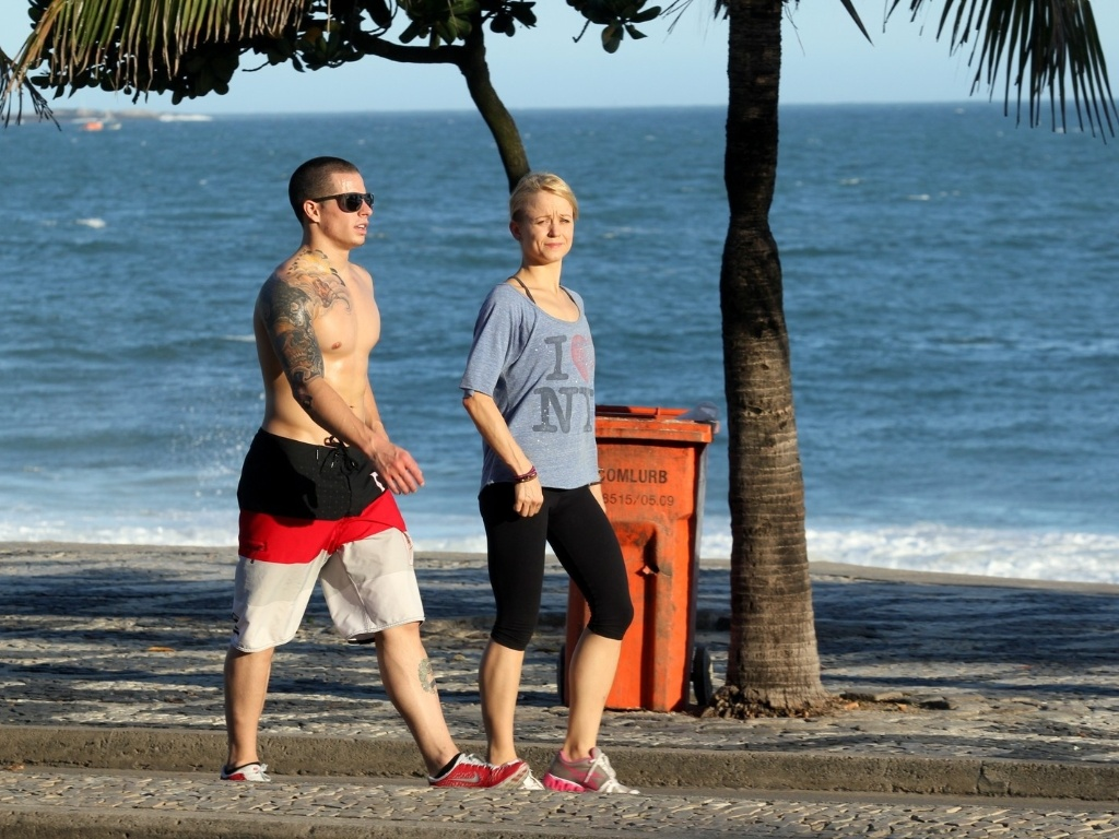 Sem Jennifer Lopez,namorado da cantora, Casper Smart, passeia na orla de Ipanema, no Rio de Janeiro, acompanhado de uma loira (27/6/12)