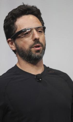 Sergey Brin, cofundador do Google, iniciou a apresentação falando das demonstrações feitas até o momento do Glass. Então, começou uma videoconferência com paraquedistas que sobrevoavam o local do evento e usavam o Google Glass