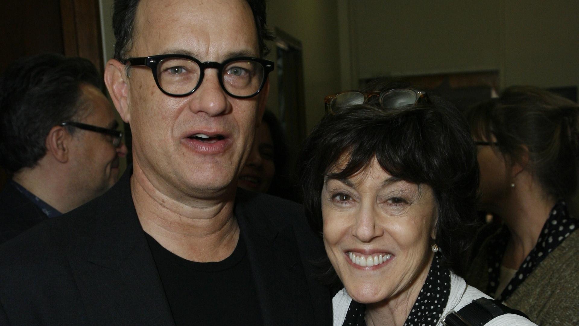 Tom Hanks e Nora Ephron se abraçam em um evento na Escola de Teatro da UCLA, em Los Angeles (2/12/2008)