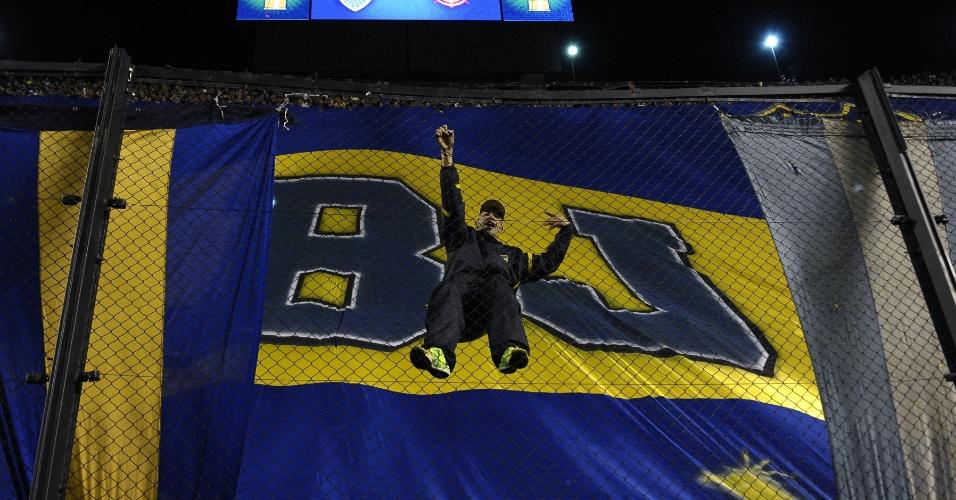 Torcedor do Boca Juniors se pendura em alambrado de La Bombonera para acompanhar final da Libertadores contra o Corinthians