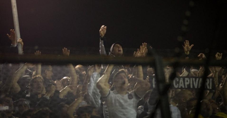 Torcida do Corinthians incentiva sua equipe em La Bombonera na final da Libertadores contra o Boca Juniors
