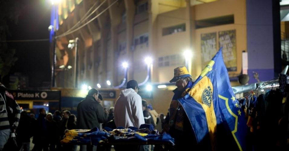 Vendedor oferece seus produtos a torcedores do Boca Juniors e espera faturar bem no jogo contra o Corinthians