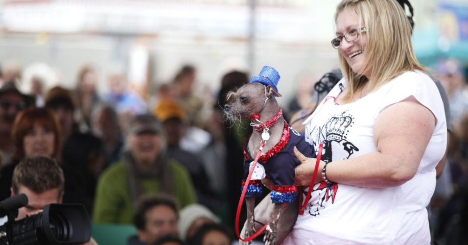 22.jun.2012 - Mugly tira foto com a dona, Bev Nicholson, após vencer concurso do cão mais feio do mundo, disputado na Califórnia (EUA) em 22 de junho