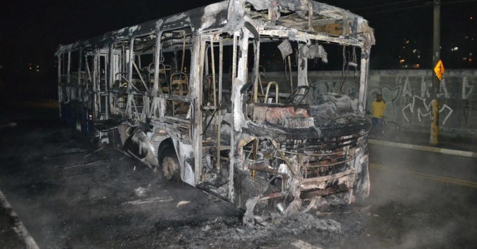 24.jun.2012 - Ônibus incendiado na avenida Benjamim Harris Hunicutt, em Guarulhos, na Grande São Paulo