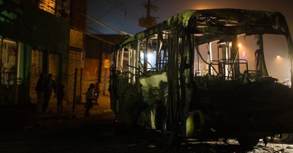 26.jun.2012 - Ônibus incendiado na avenida Antonelo de Messina, em Tremembe, zona norte de São Paulo