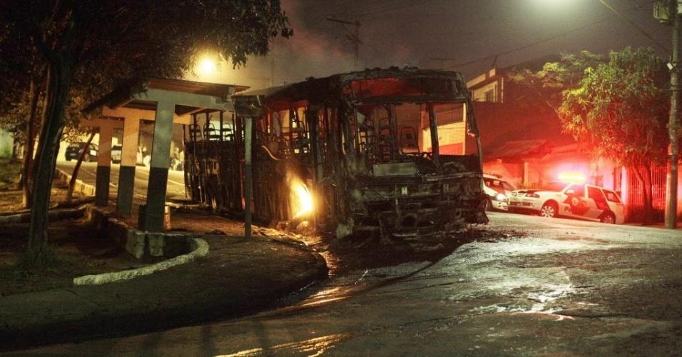 26.jun.2012 - Ônibus incendiado na rua Brigadeiro Amilcar Veloso, em Sacomã, zona sul de São Paulo