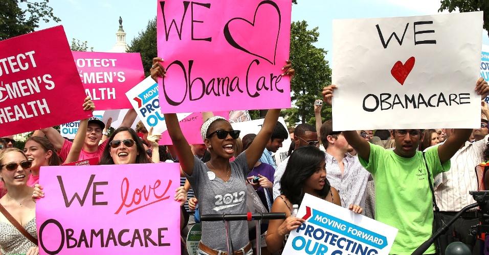 28.jul.2012 - Manifestantes contrários e apoiadores da lei de saúde do governo Obama fizeram manifestações em frente à Suprema Corte dos EUA. Nesta quinta-feira, a Suprema Corte confirmou a constitucionalidade de pontos importantes da lei de saúde do governo Obama