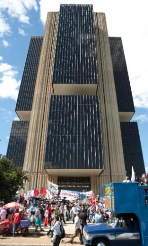 28.jun.2012 - Em Brasília, professores e servidores em greve protestam em frente ao Banco Central. Docentes de vários Estados devem realizar atos públicos próximos a bancos nesta quinta-feira (28). A principal reivindicação dos professores é a revisão do plano de carreira. Mais de 50 universidades federais estão em greve, além de institutos e centros tecnológicos de educação