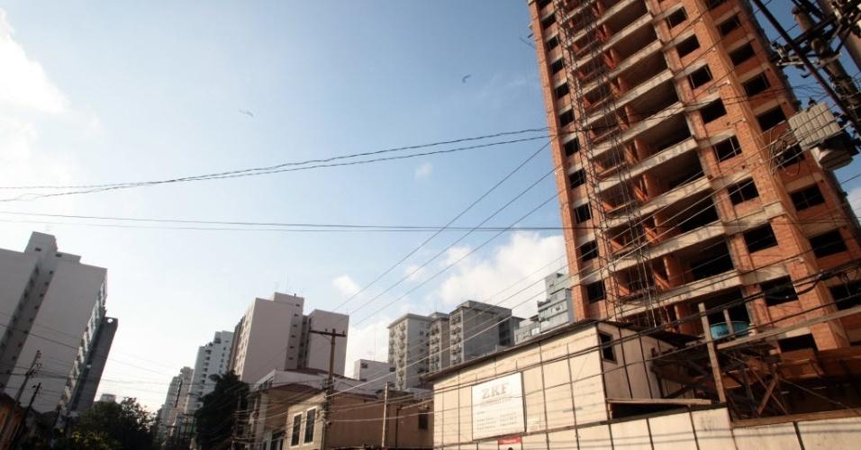 28.jun.2012 - Imagem mostra obras de edifício residencial em São Paulo; para cada grupo de quatro domicílios particulares existentes hoje no Brasil, três são próprios (73,4%)