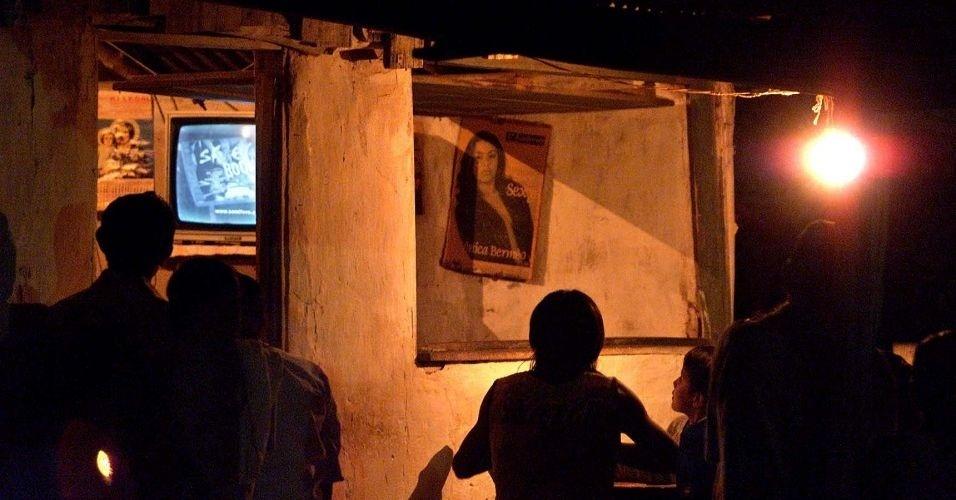 28.jun.2012 - Índios da maloca Flexal, que não tem energia elétrica, se reúnem para assistir a TV na cidade de Uiramutã (RR); 1,28% dos lares brasileiros vivem sem energia elétrica
