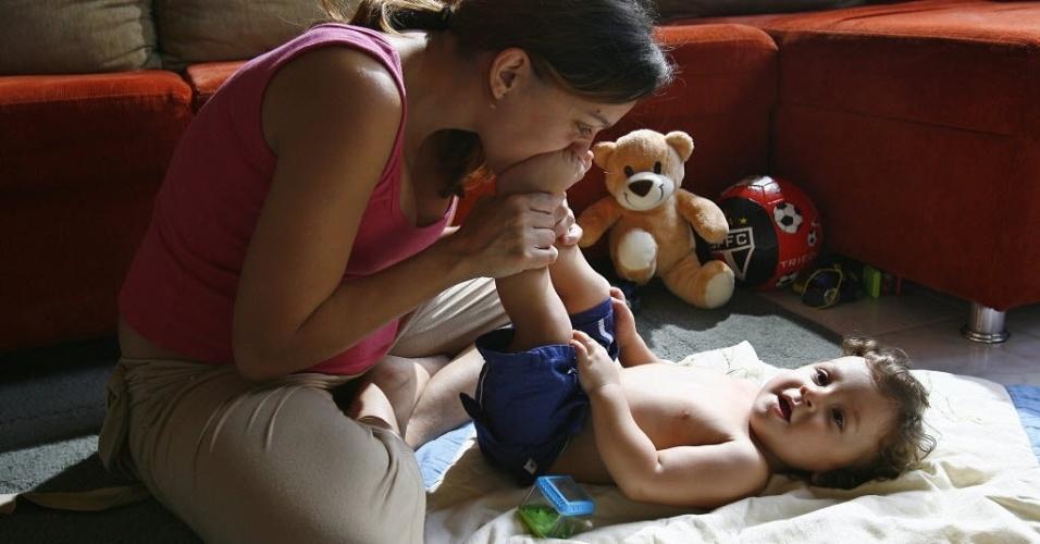 28.jun.2012 - Luciana dos Santos Calvi brinca com o filho, Luan, em São Caetano do Sul (SP); no Brasil há 71,2 milhões de filhos que moram na casa dos pais