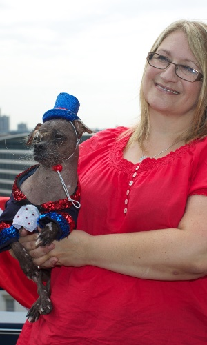 28.jun.2012 - Mugly, vencedor do concurso do cão mais feio do mundo, disputado na Califórnia, participa de sessão de fotos com sua dona, Bev Nicholson, em Londres, (Reino Unido), nesta quinta-feira (28). O animal de oito anos de idade vive na Inglaterra
