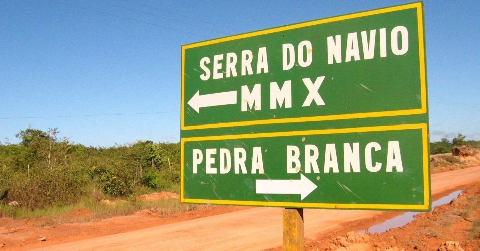 28.jun.2012 - Placa na rodovia Perimetral Norte indica a direção dos municípios de Serra do Navio e Pedra Branca do Amapari e da mineradora MMX, no Amapá, Estado que registrou maior crescimento populacional na última década; população saltou de 557.226 habitantes, em 2000, para 733.559, em 2010