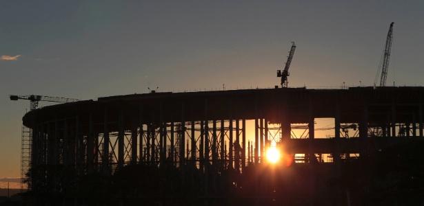 Estádio Mané Garrincha é visto durante o amanhecer em Brasília; custo da obra ultrapassará R$ 1 bilhão