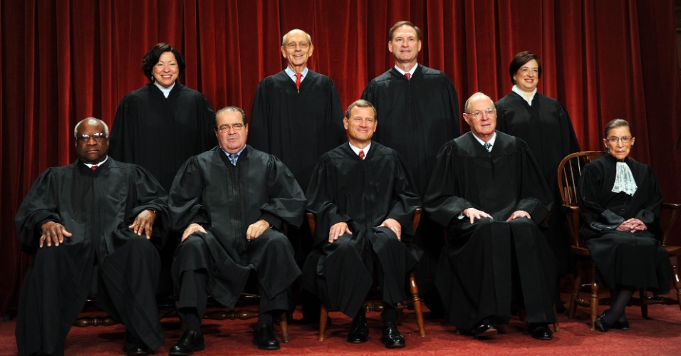 8.out.2010 - Ministros da Suprema Corte dos EUA. Na primeira fila: Associate Justice Clarence Thomas, Associate Justice Antonin Scalia, Chief Justice John G. Roberts, Associate Justice Anthony M. Kennedy and Associate Justice Ruth Bader Ginsburg. Na fila de trás: Associate Justice Sonia Sotomayor, Associate Justice Stephen Breyer, Associate Justice Samuel Alito Jr. and Associate Justice Elena Kagan