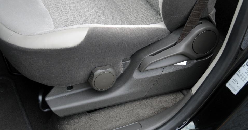 Ajuste de altura do banco do motorista é feito por peça rotatória, muito desagradável de manusear