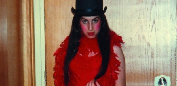 Amy Winehouse caracterizada para uma apresentação de teatro, aos nove anos (28/6/12)