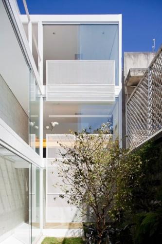 Do jardim com parede verde e gramado é possível visualizar a distribuição dos pavimentos e as passarelas que ligam os dois blocos. O painel com ladrilhos hidráulicos segue por toda a construção. O projeto da residência é assinado pelos arquitetos e proprietários Lourenço Gimenes (escritório FGMF) e Clara Reynaldo (escritório CR2)