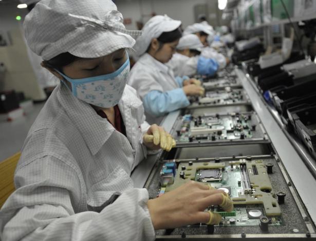 Imagem de 2010 mostra trabalhadores da fabricante chinesa Foxconn em linha de montagem na fábrica na província de Guangdong
