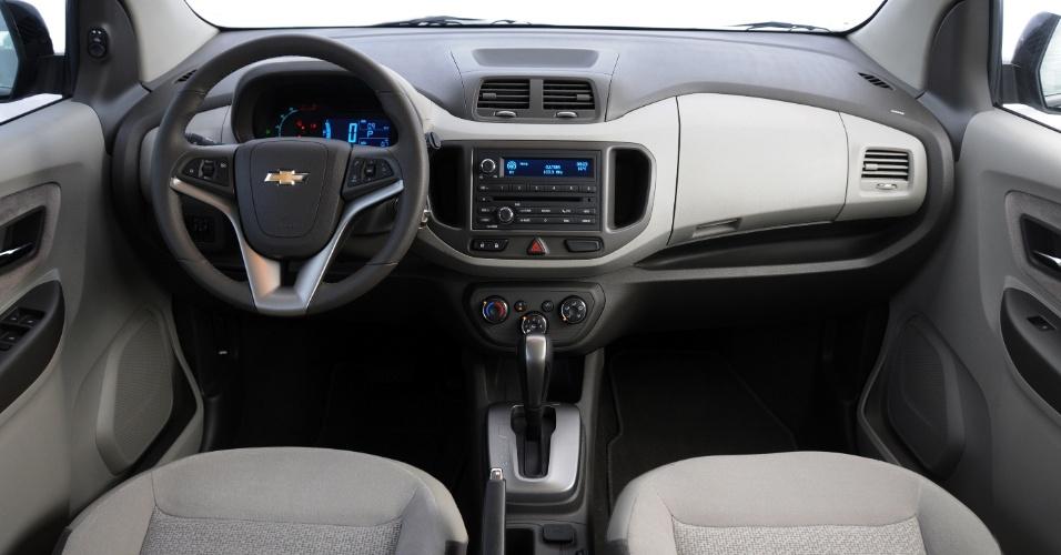 """Interior oferece painel """"duplo cockpit"""" com desenho elegante; cores são claras"""