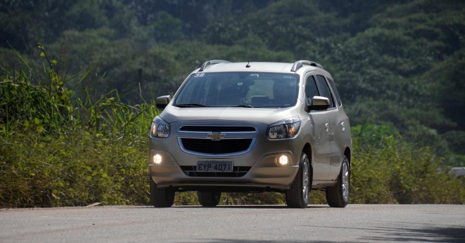Já a dianteira esbanja robustez, com a grade-assinatura da Chevrolet e jeitão de utilitário