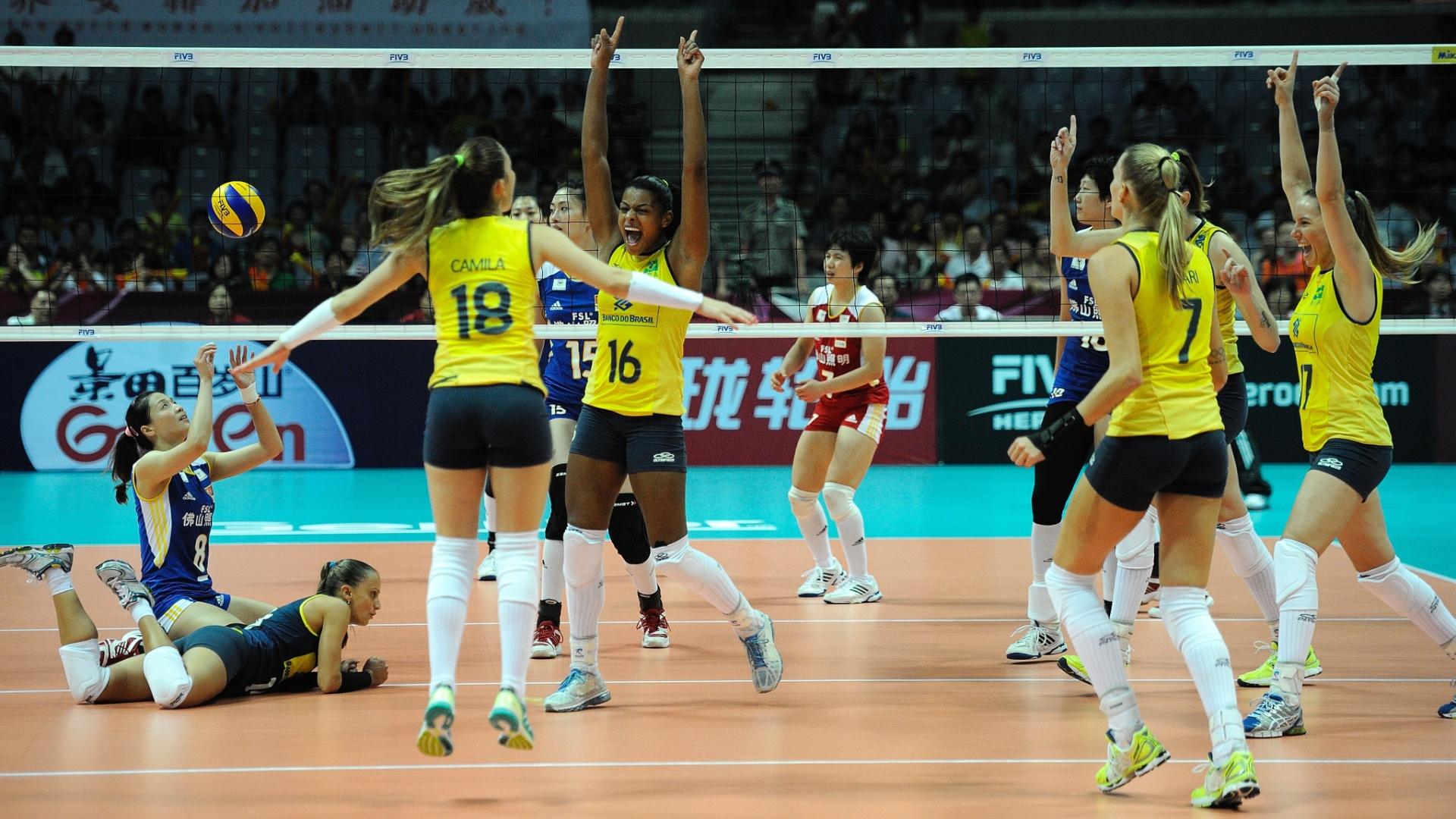 Jogadoras da seleção brasileira comemoram a vitória contra a China