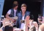 Justin Bieber canta para f�s de dentro de uma van; veja o v�deo