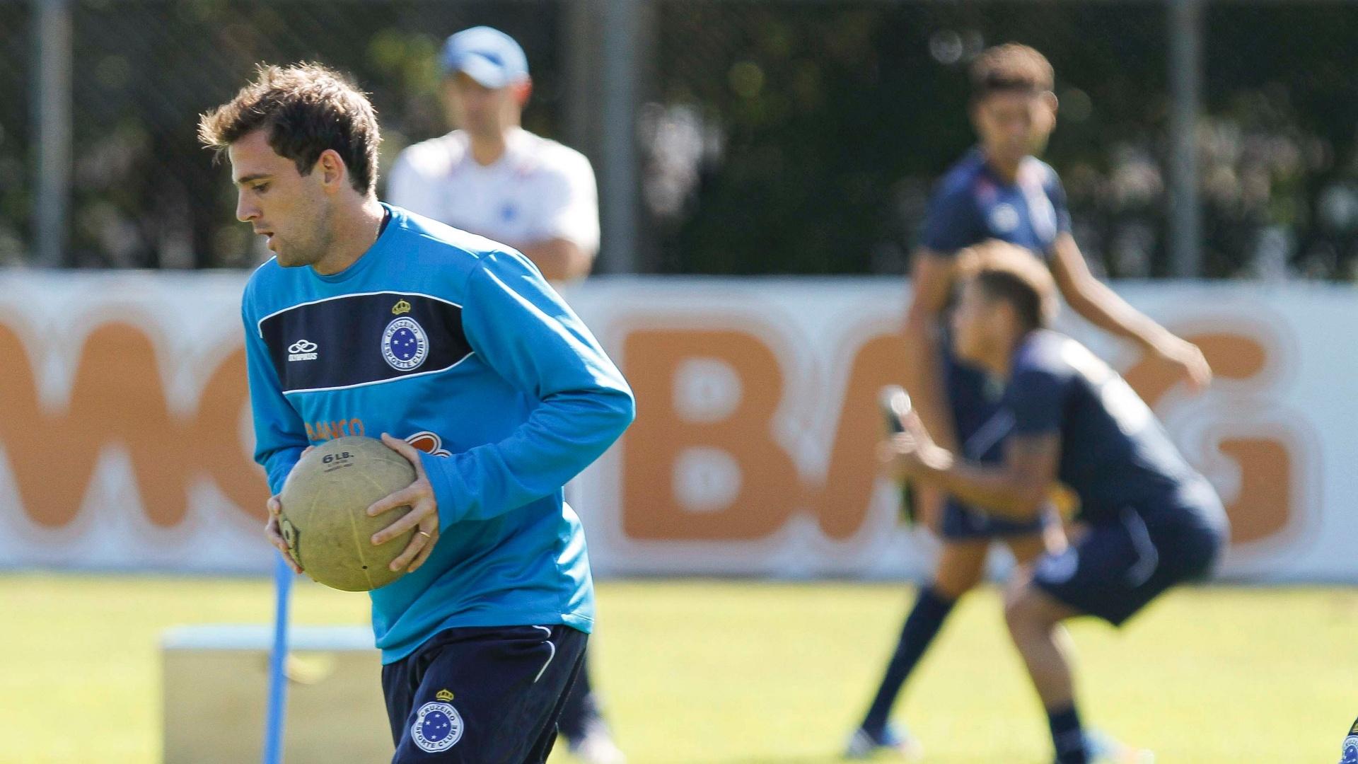 Montillo com a bola durante treino do Cruzeiro na Toca da Raposa II