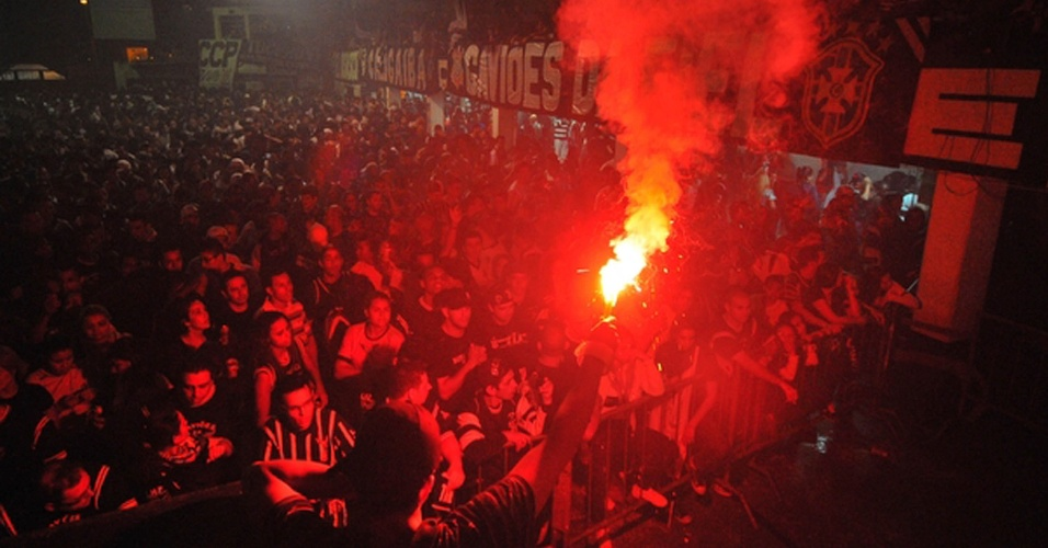 Na sede da Gaviões da Fiel, torcedores do Corinthians fazem festa com empate por 1 a 1 com o Boca Juniors