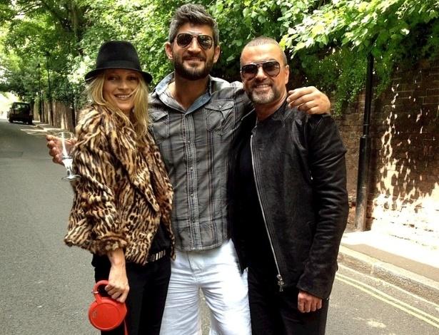 """O modelo e namorado do cantor George Michael, Fadi Fawaz, publicou uma foto em seu twitter com Michael e a modelo Kate Moss. A imagem trazia na legenda os dizeres: """"Minha foto favorita"""" (28/6/12)"""