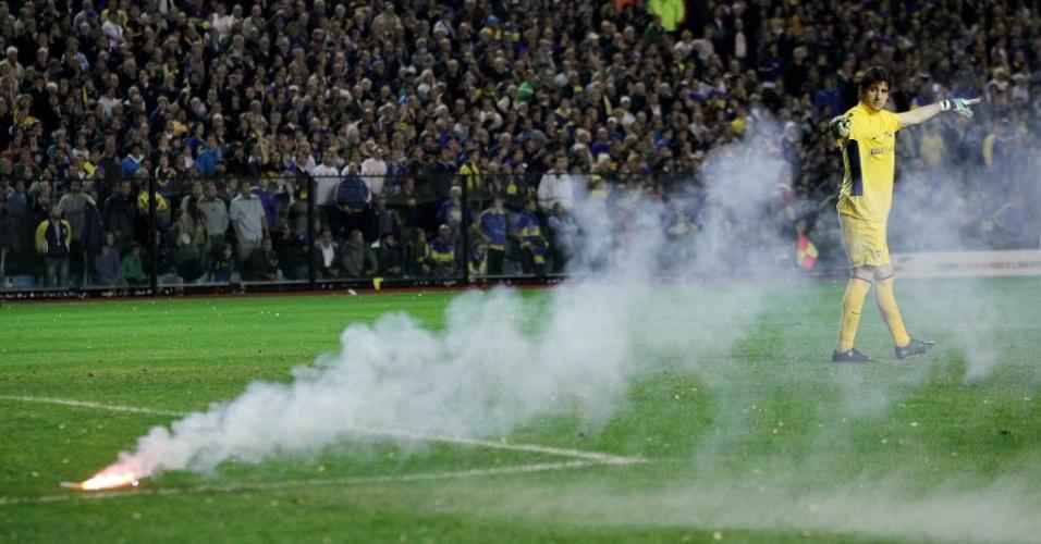 Orión, goleiro do Boca Juniors, alerta o árbitro para sinalizador arremessado por torcedores