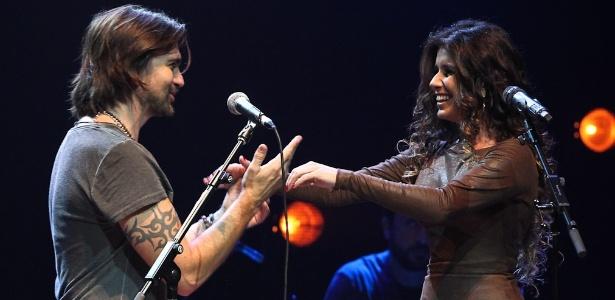 Paula Fernandes faz uma participação no  show de Juanes em São Paulo (27/6/12)