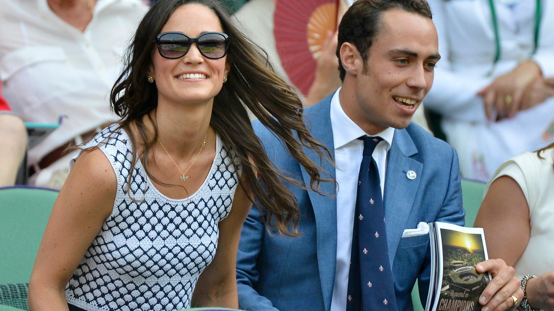 Pippa Middleton, irmã de Catherine, duquesa de Cambridge, e seu irmão James acompanham a programação da quadra central de Wimbledon