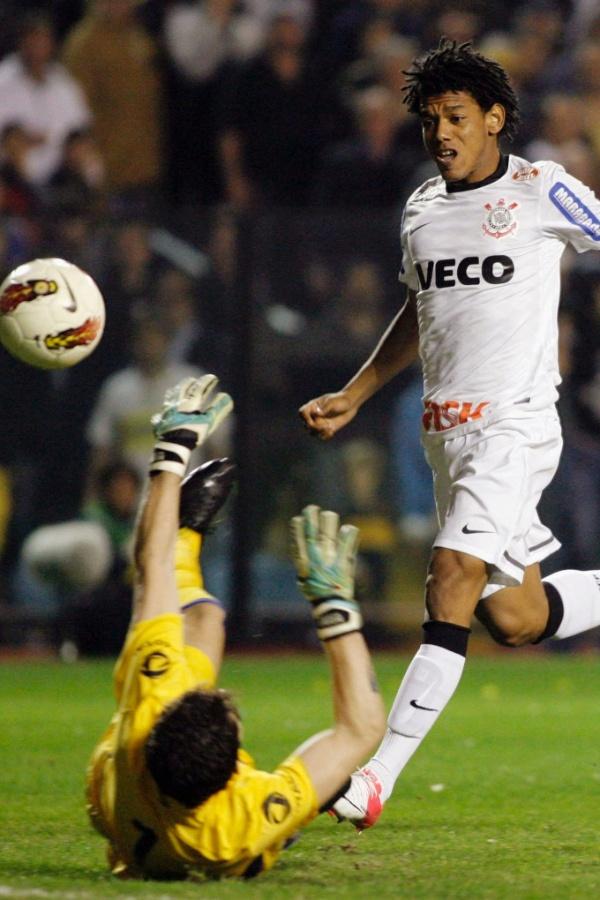 Romarinho toca por cima do goleiro Orión para marcar o gol de empate do Corinthians contra o Boca Juniors