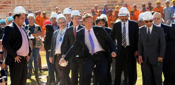 Ronaldo observa Jérôme Valcke (de gravata roxa) em visita ao país