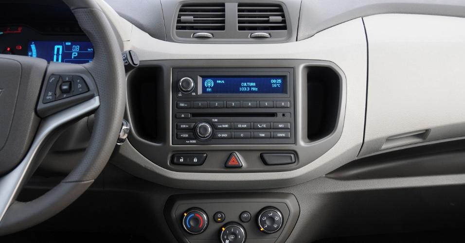 Sistema de som é ladeado por dois dos 32 porta-objetos da cabine; ar-condicionado é manual e de uma zona