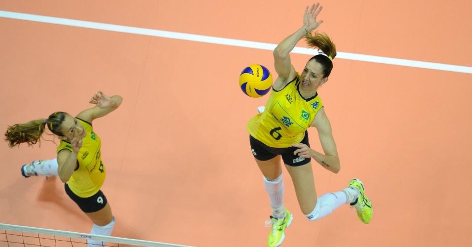 Thaisa (dir) salta para fazer o ataque para o Brasil
