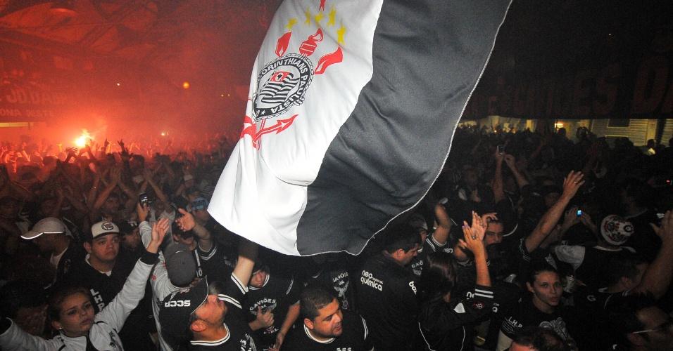Torcedores do Corinthians foram à sede da Gaviões da Fiel para acompanhar a final da Libertadores
