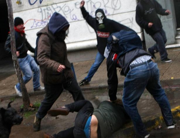28.jun.2012 - Uma nova manifestação de estudantes chilenos terminou em confronto com a polícia nesta quinta-feira (28), em Santiago. Segundo agências internacionais, milhares de estudantes protestavam contra o governo e por mudanças no sistema público de ensino. Na foto, estudantes agridem um suposto policial à paisana