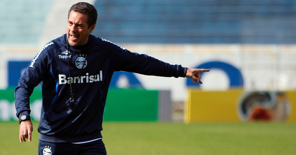 Vanderlei Luxemburgo orienta treinamento de bola parada do Grêmio (28/06/2012)