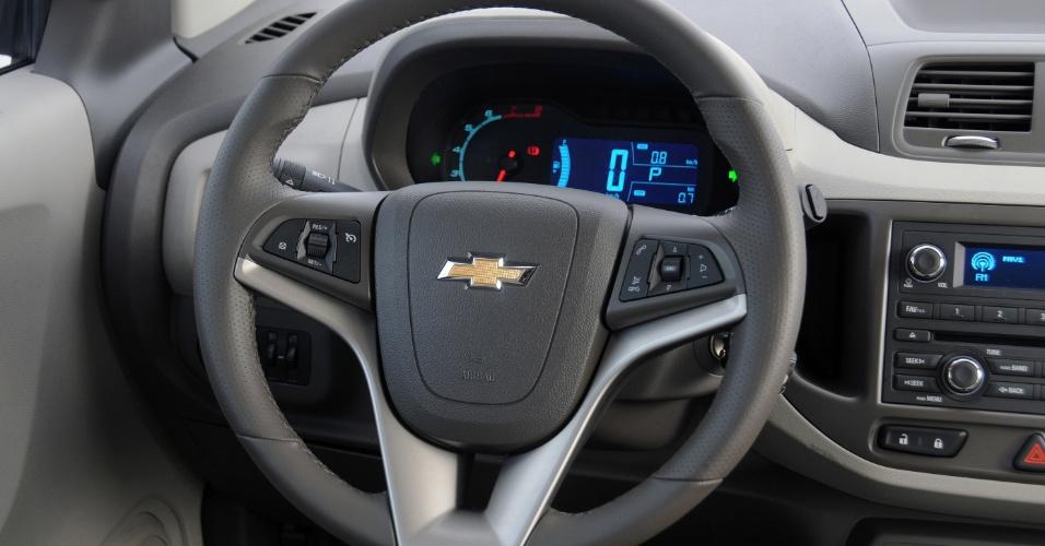 Volante da Spin LTZ é igual aos de toda a gama Chevrolet pós-Cruze; há comandos multifuncionais