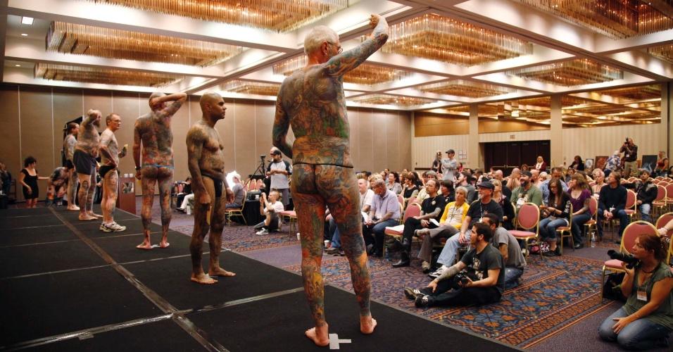 13.abr.2012 - Competidores num concurso de tatuagem mostram sua arte aos jurados, durante um festival de tatuagem em Ohio (EUA)
