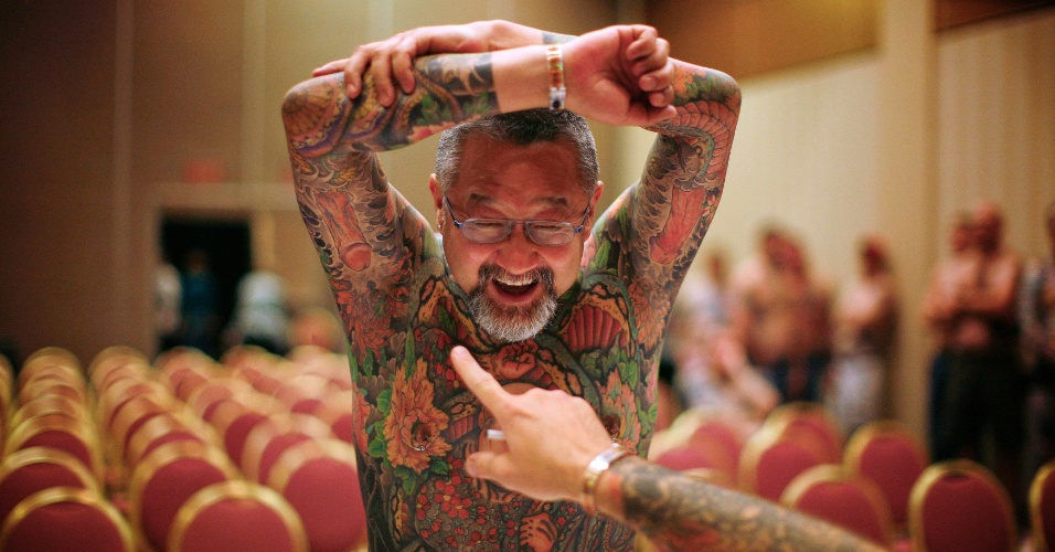 13.abr.2012 - Participante de concurso de tatuagem em Ohio (EUA) tem seu trabalho avaliado pelos ju&#237;zes do concurso