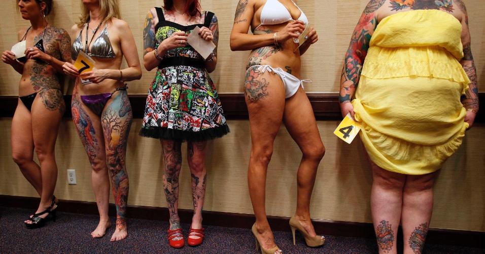 13.abr.2012 - Participantes de um concurso de tatuagem conversam antes de se apresentarem ao júri, num festival de tatuagem em Ohio (EUA)