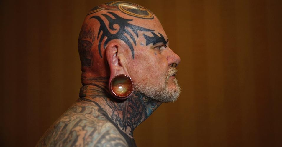 14.abr.2012 - Robert Seibert, 62, mostra seu corpo coberto de tatuagens no estilo tribal que ele mandou fazer nos últimos 40 anos, num festival de tatuagem em Ohio (EUA)
