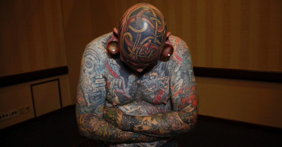 14.abr.2012 - Robert Seibert, 62, mostra uma tatuagem no estilo celta feita em sua cabe&#231;a, ao participar de um festival de tatuagem em Ohio (EUA)
