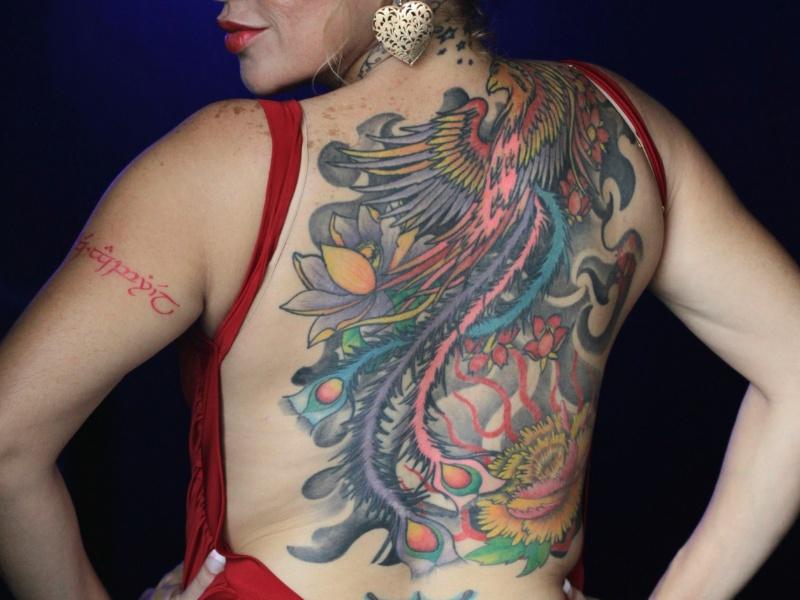 16.jun.2012 - Mulher posa para fotografia em concurso de tatuagem no Panamá
