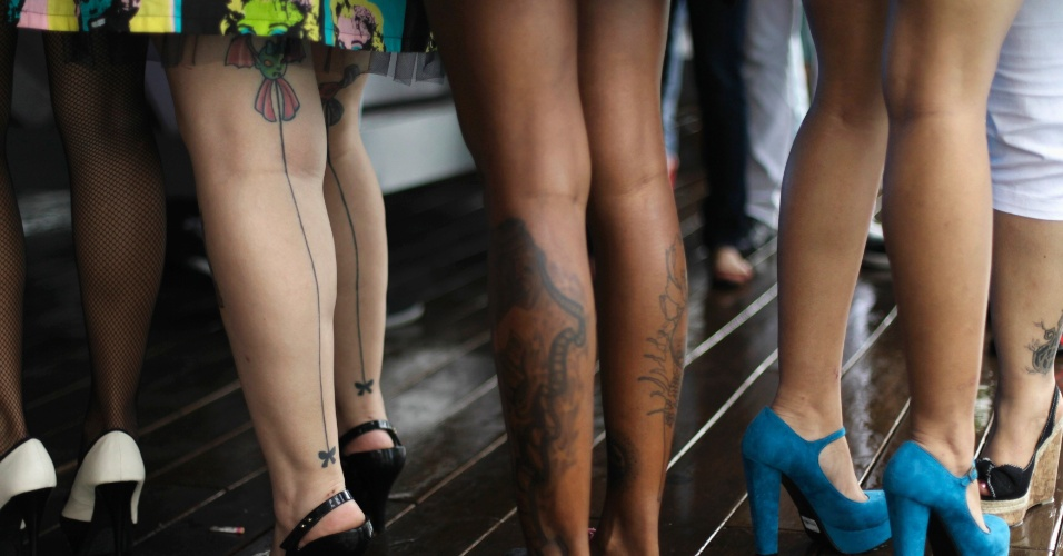 16.jun.2012 - Tatuagens nas pernas de participantes de um concurso de tatuagem no Panamá