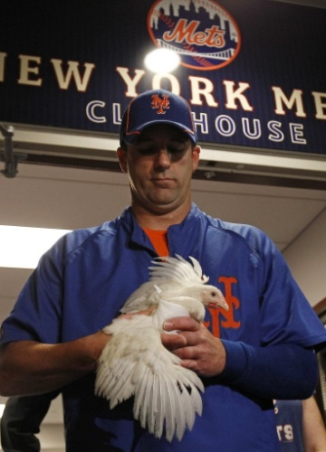 24.jun.2012 - Arremessador do time de beisebol New York Mets, Tim Byrdak, segura o mascote do time, Little Jerry Seinfeld, cujo nome é inspirado no ator e comediante americano